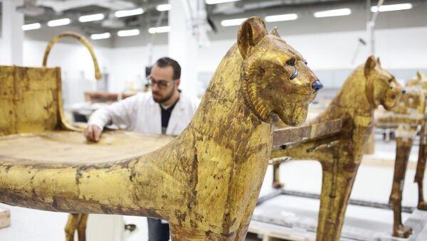 Restauracja (wzmocnienie) łoża z grobowca faraona Tutenchamona w warsztacie Wielkiego Muzeum Egipskiego w Gizie. - Sputnik Polska