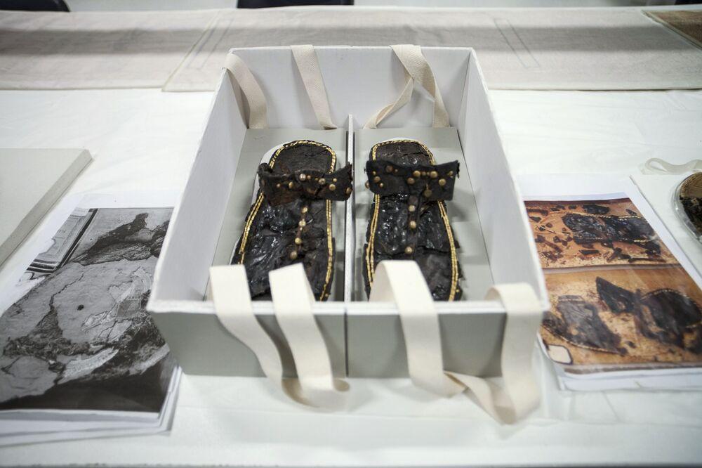 Sandały farona Tutenchamona po restauracji Wielkiego Muzeum Egipskiego w Gizie.