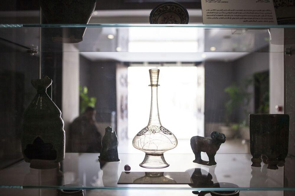W Muzeum Sztuki Islamskiej zgromadzono ponad 62 tysiące eksponatów, opowiadających o życiu codziennym muzułmanów. Na zdjęciu: waza z syryjskiego szkła z XIII wieku.