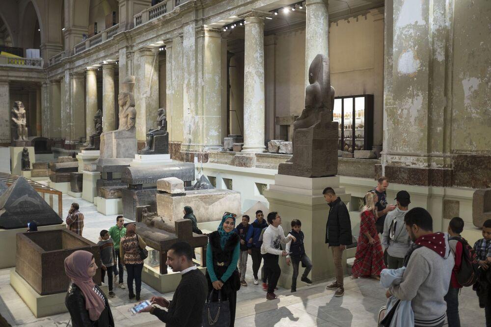 Zwiedzający w Kairskim Muzeum Egipskim.