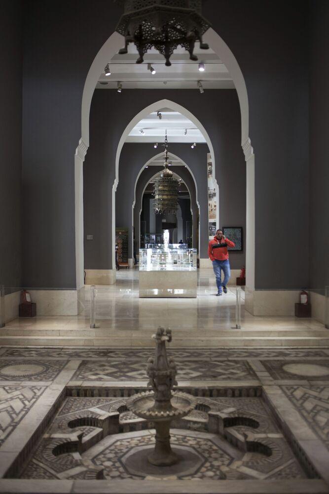 Mozaikowa fontanna z okresu rządów mameluków (XIV-XV wiek) w Muzeum Sztuki Islamskiej w Kairze.