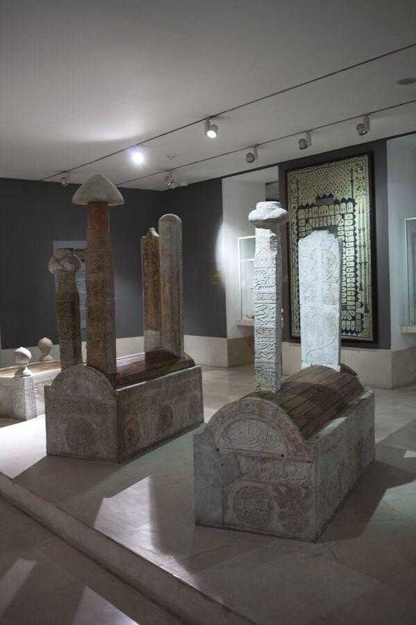 Średniowieczne perskie tablice nagrobne w Muzeum Sztuki Islamskiej w Kairze. - Sputnik Polska