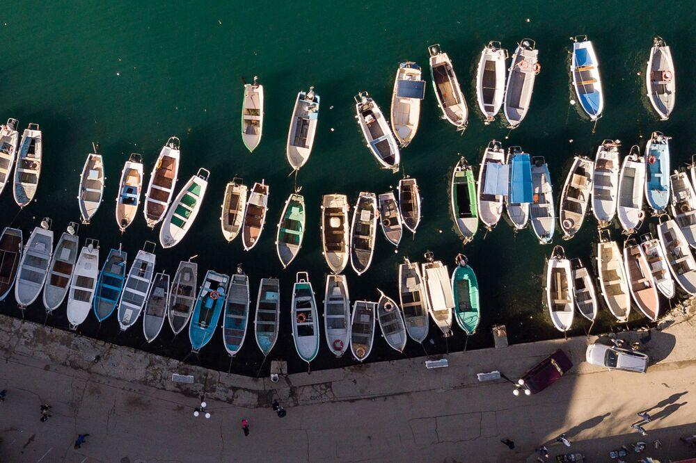 Łodzie w zatoce Bałakławy na Krymie