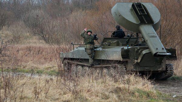 """Samobieżna wyrzutnia rakiet UR-77 """"Meteoryt"""" podczas szkoleń z rozminowywania w obwodzie kaliningradzkim - Sputnik Polska"""