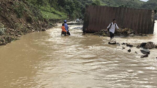 Mieszkańcy rejonu, który ucierpiał wskutek powodzi w północnym Wietnamie - Sputnik Polska
