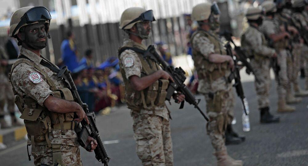 Jemeńscy bojownicy Huti na akcji z okazji trzeciej rocznicy przejęcia kontroli nad stolicą Jemenu Saną.