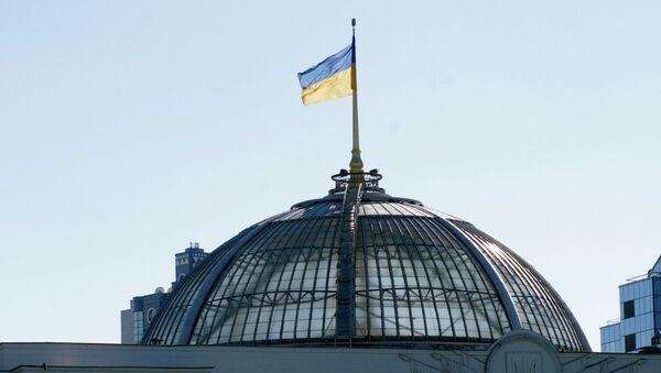Flaga na dachu Rady Najwyższej Ukrainy w Kijowie - Sputnik Polska