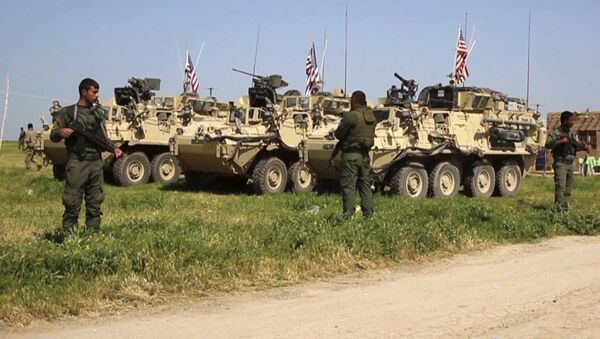Wojskowi Kurdyjskich Sił Samoobrony obok amerykańskich transporterów opancerzonych na północy Syrii - Sputnik Polska