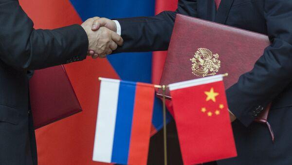 Prezydent Rosji Władimir Putin i przewodniczący Chińskiej Republiki Ludowej Xi Jinping na ceremonii podpisania wspólnych dokumentów w Szanghaju - Sputnik Polska