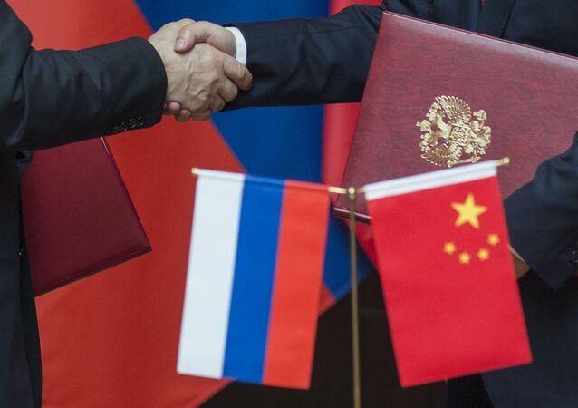Prezydent Rosji Władimir Putin i przewodniczący Chińskiej Republiki Ludowej Xi Jinping na ceremonii podpisania wspólnych dokumentów w Szanghaju