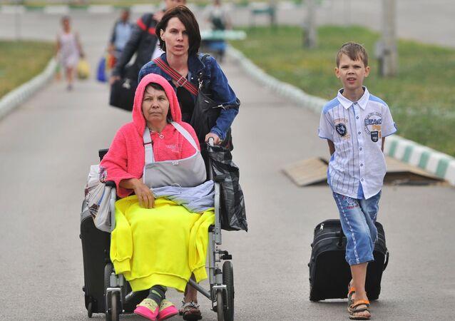 Rodzina z południowo-wschodniej Ukrainy na przejściu granicznym w Doniecku