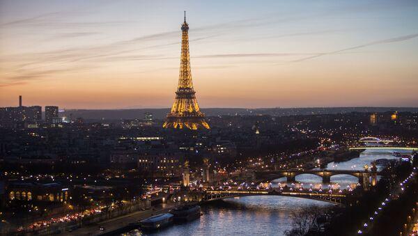 Widok na podświetloną Wieżę Eiffla w Paryżu - Sputnik Polska