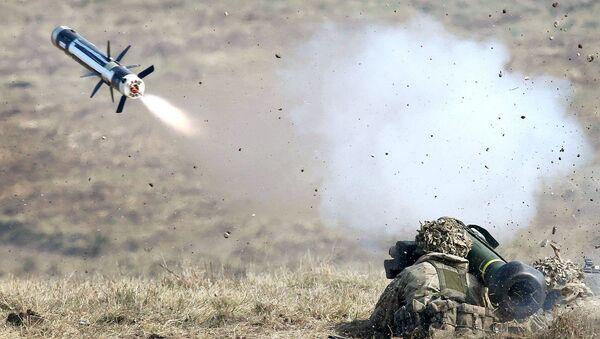 Amerykański wojskowy podczas testowania przenośnego przeciwpancernego systemu rakietowego FGM-148 Javelin - Sputnik Polska