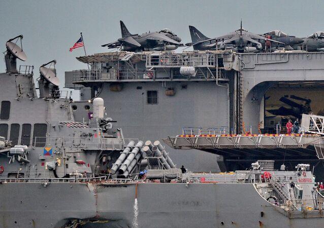 """Skutki zderzenia niszczyciela marynarki wojennej USA """"John McCain"""" ze statkiem towarowym"""