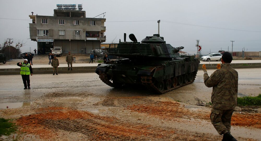 Czołg tureckiej armii na turecko-syryjskiej granicy w prowincji Hatay