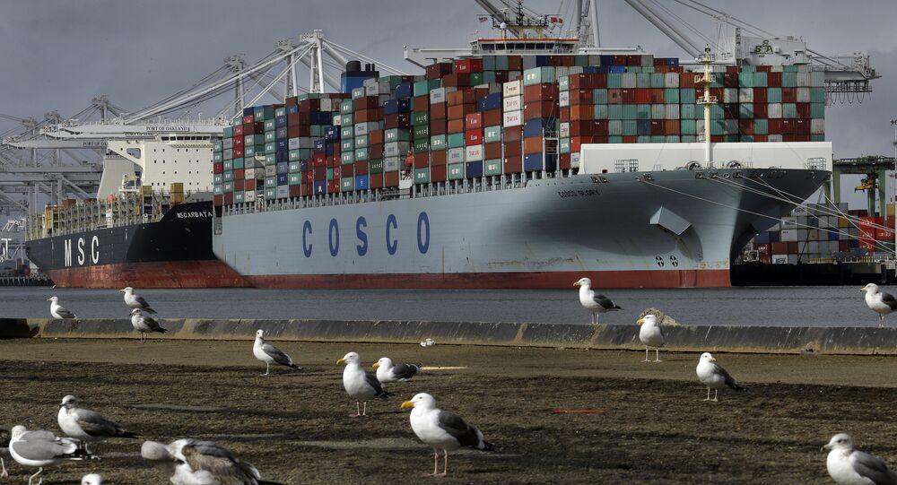 Kontenerowiec Glory chińskiej spółki Cosco czeka na wyładunek w porcie Kalifornii