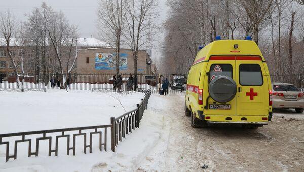 Karetka pogotowia obok szkoły - Sputnik Polska