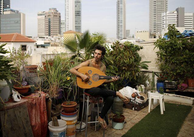 Muzyk Iyar Semel wraz z dwoma współlokatorami hoduje na dachu zioła i owoce.