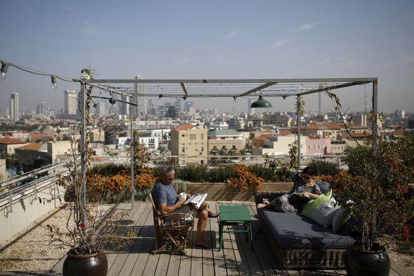 Para odpoczywa na tarasie na dachu domu w Tel Awiwie. - Sputnik Polska