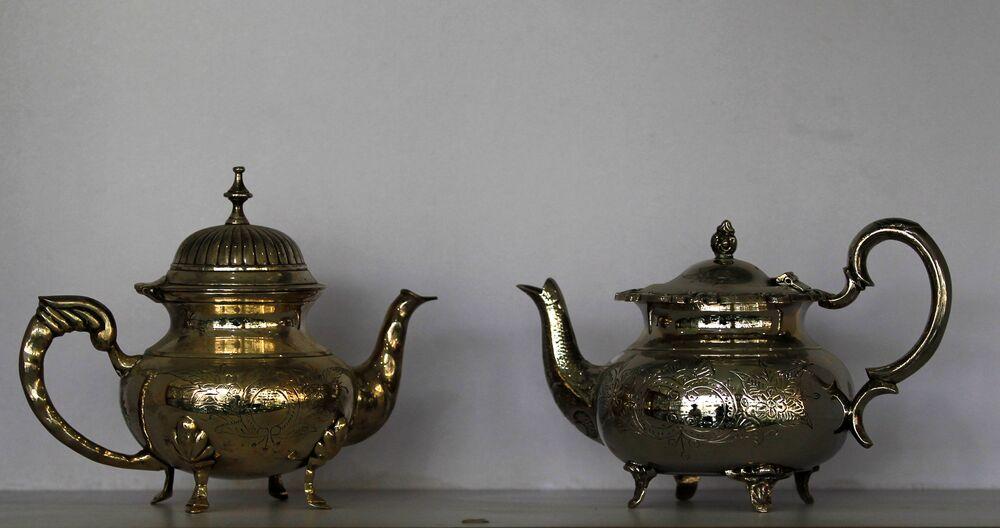 Posrebrzane czajniki w antykwariacie w Islamabadzie, Pakistan.