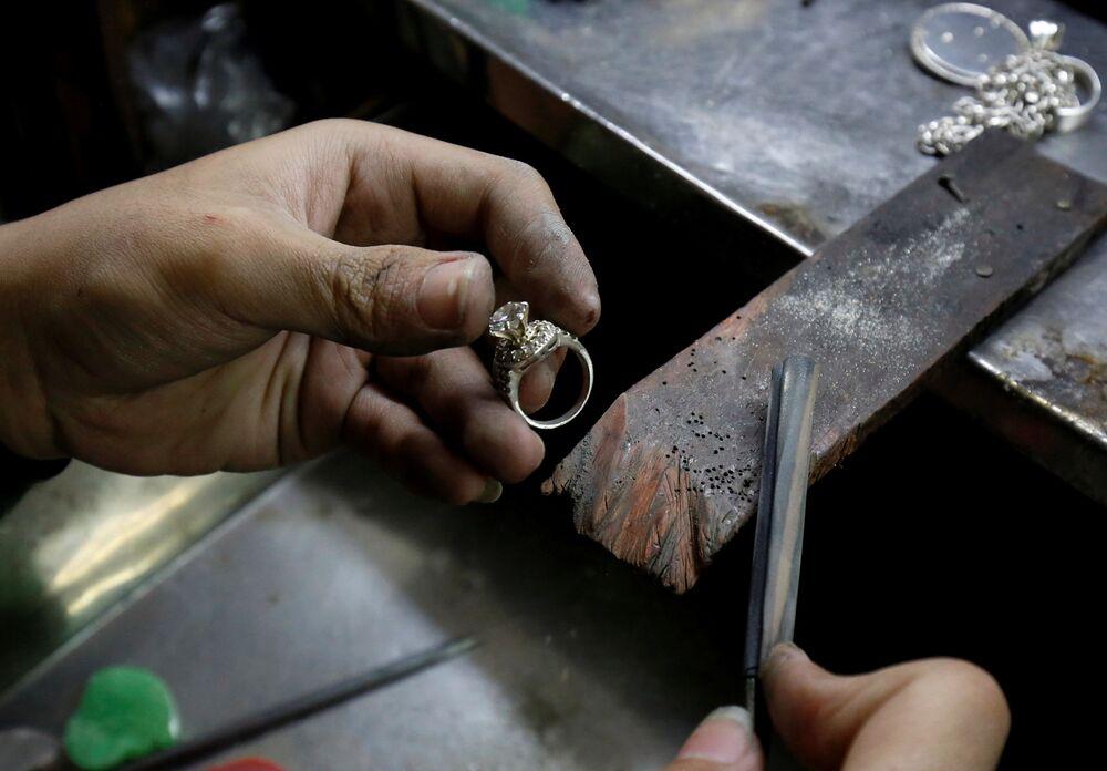 Wyrób srebrnego pierścienia w warsztacie w Hanoi, Wietnam.