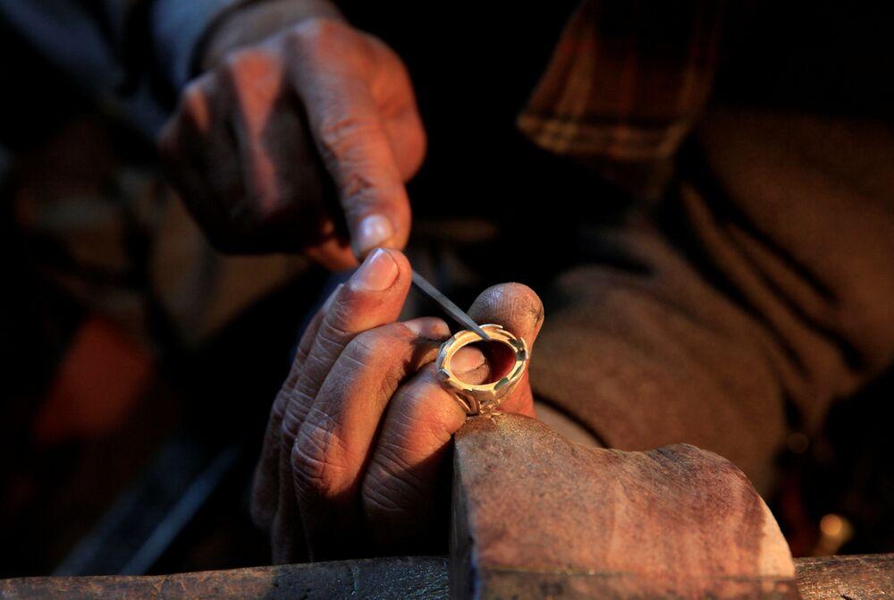 Wyrób srebrnego pierścienia w warsztacie w Islamabadzie, Pakistan.