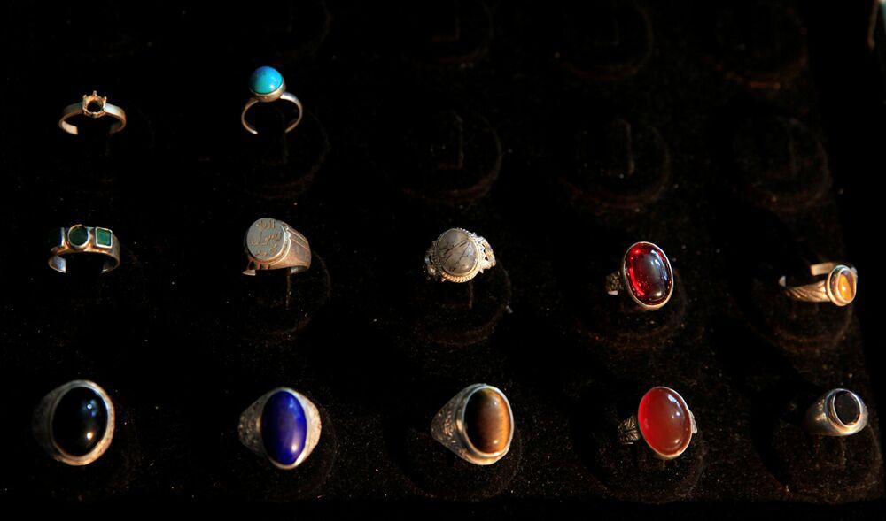 Srebrne pierścionki na wystawie w sklepie jubilerskim w Islamabadzie, Pakistan.