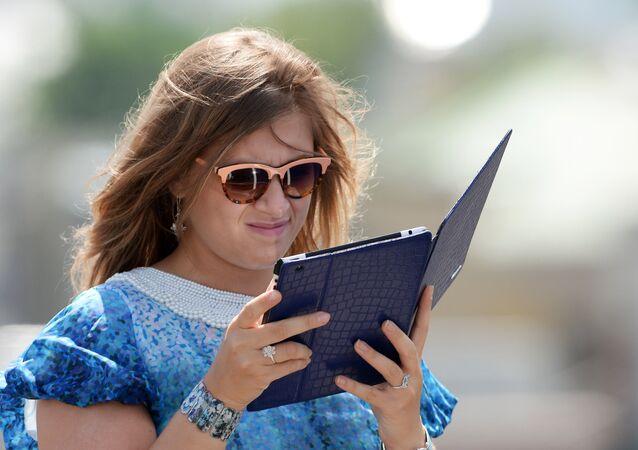 Dziewczyna z tabletem