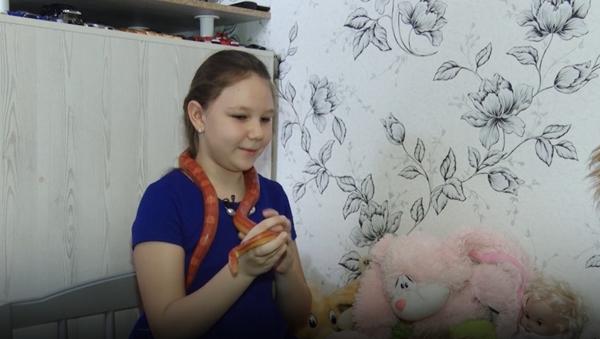 Ta dziewczynka nie musi szukać towarzyszy  zabaw, bo zawsze pełzają gdzieś w pobliżu… - Sputnik Polska