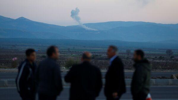 Kłęby dymu nad syryjskim miastem Afrin - Sputnik Polska
