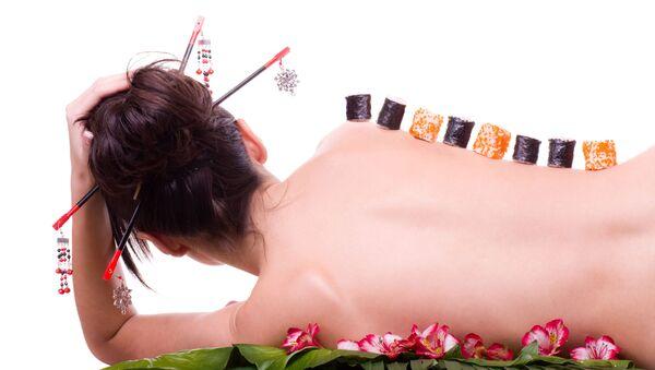 Sushi na ciele młodej kobiety - Sputnik Polska