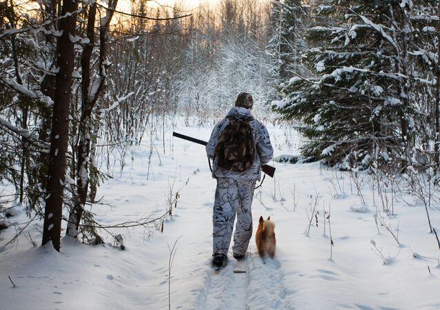 Myśliwy w zimowym lesie
