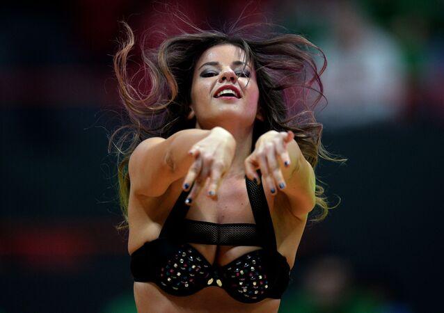 Cheerleaderka na meczu pomiędzy drużyną Kazania i Turynu