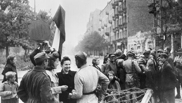 Mieszkańcy Warszawy i żołnierze Armii Czerwonej, wyzwolona Warszawa - Sputnik Polska
