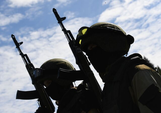 Żołnierze sił specjalnych Rosgwardii podczas ćwiczeń z desantu na poligonie w obwodzie moskiewskim