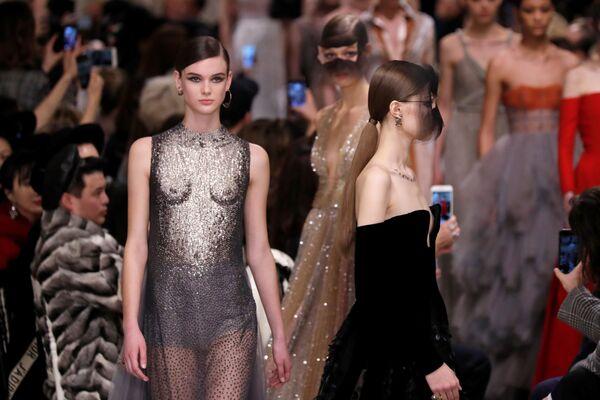 Pokaz kolekcji Marii Grazii podczas Tygodnia Mody w Paryżu - Sputnik Polska