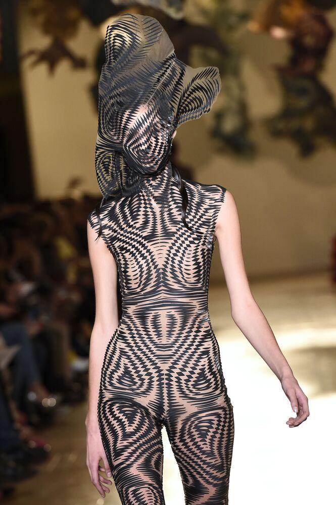 Kolekcja Iris Van Herpen podczas Tygodnia Mody w Paryżu