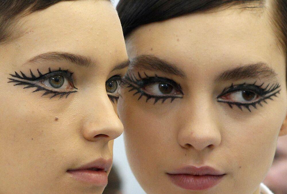 Modelki podczas Tygodnia Mody w Paryżu
