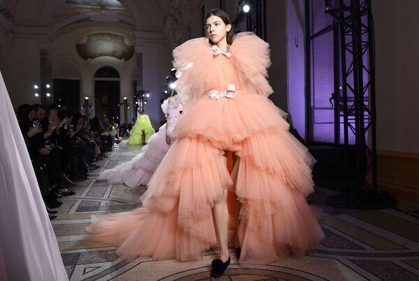 Kolekcja Giambattisty Valli podczas Tygodnia Mody w Paryżu - Sputnik Polska