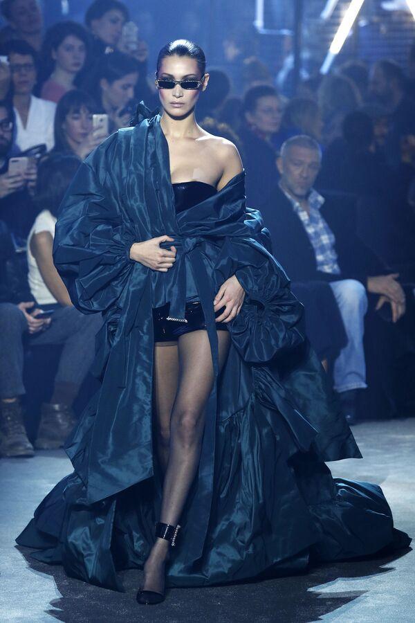 Modelka Bella Hadid podczas Tygodnia Mody w Paryżu - Sputnik Polska