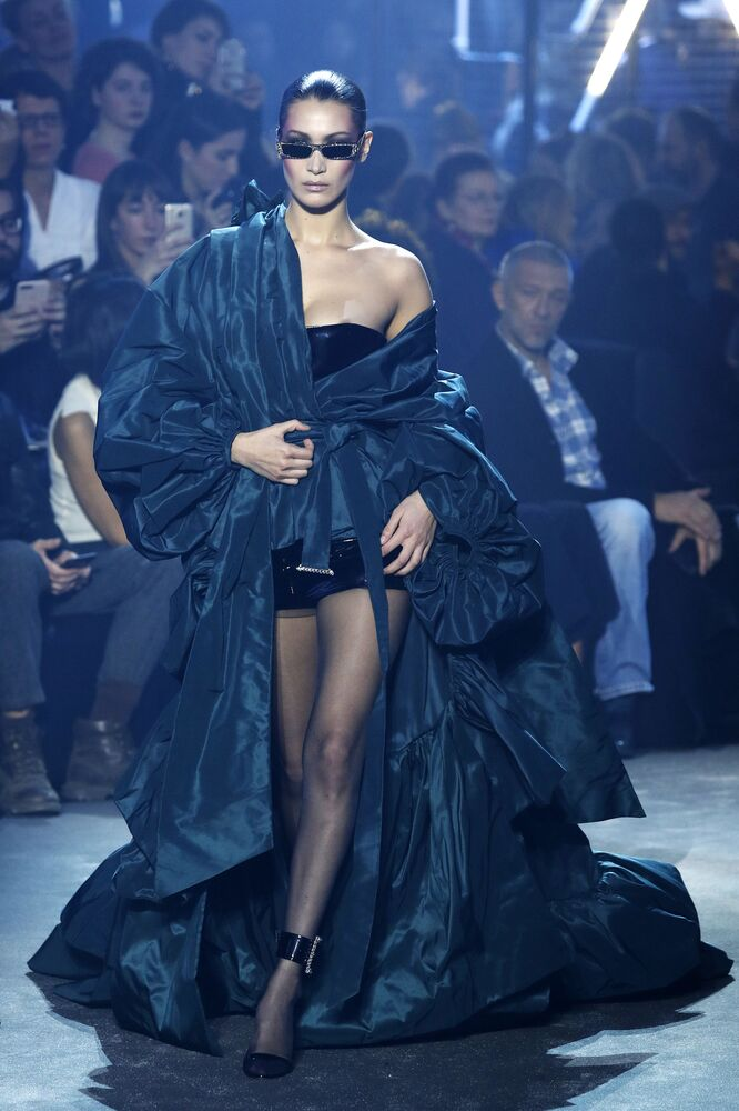 Modelka Bella Hadid podczas Tygodnia Mody w Paryżu