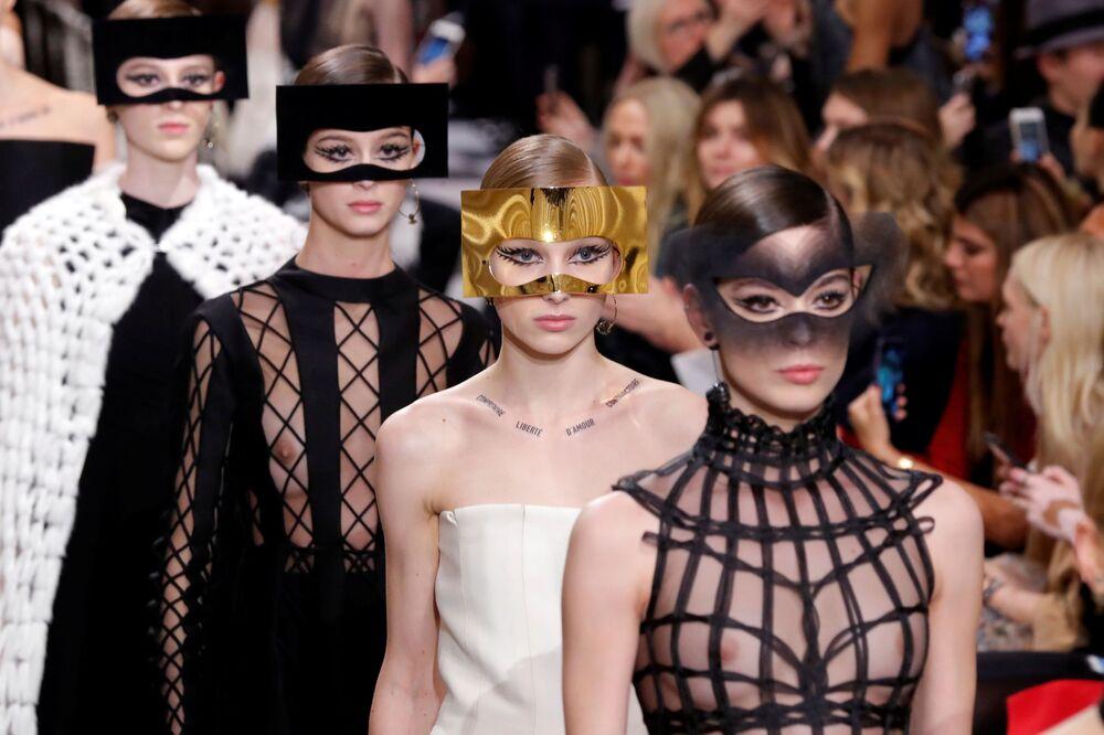 Pokaz kolekcji Marii Grazii podczas Tygodnia Mody w Paryżu