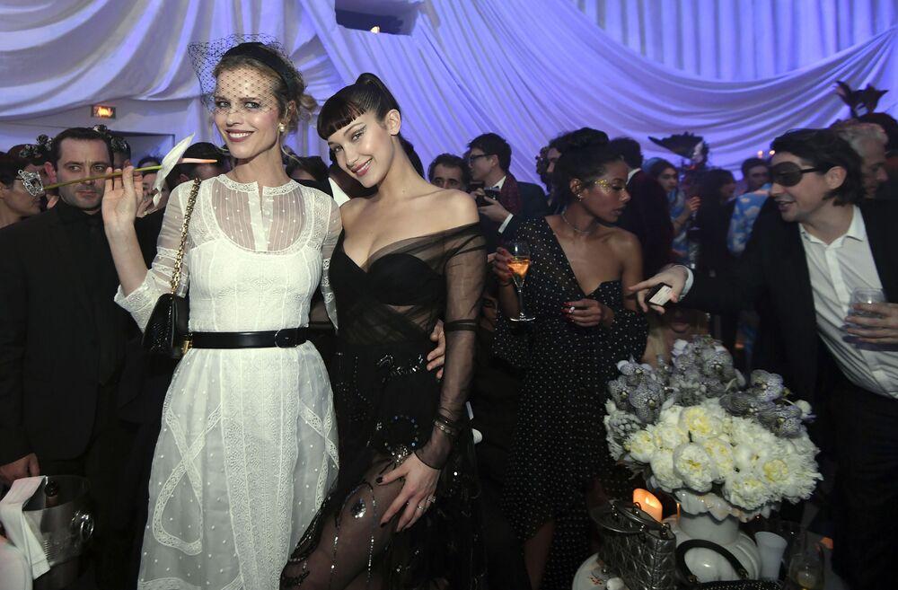 Modelki Eva Herzigova i Bella Hadid podczas Tygodnia Mody w Paryżu