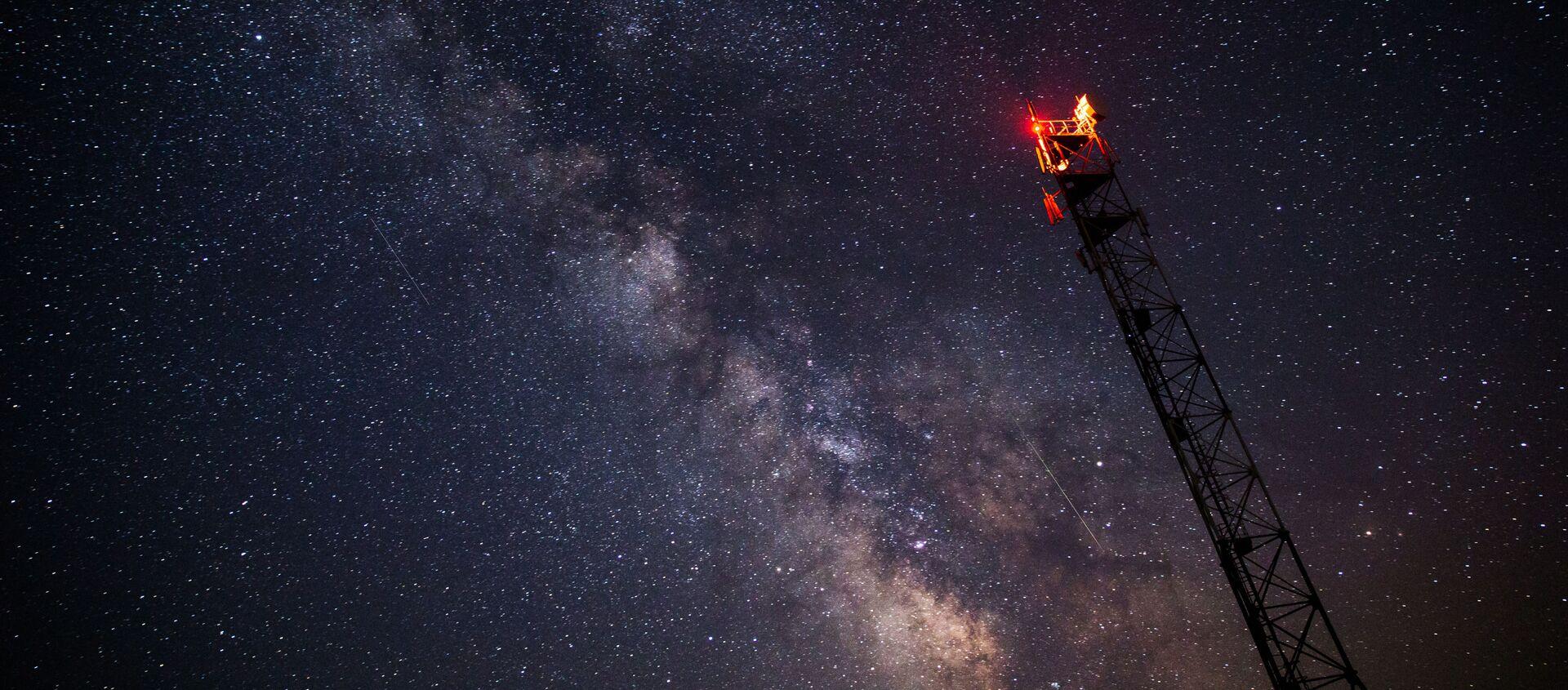Gwiezdne niebo podczas deszczu meteorów Perseidów w Kraju Krasnodarskim  - Sputnik Polska, 1920, 17.01.2021