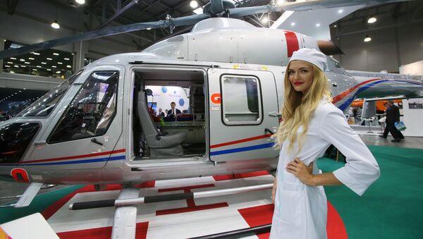 Pielęgniarka obok helikoptera Ansat na wystawie HeliRussia - Sputnik Polska