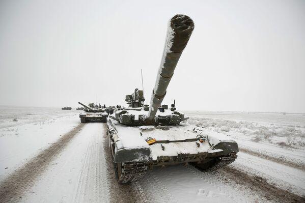 Czołgi T-72 pdczas próby parady z okazji 75. rocznicy bitwy pod Stalingradem - Sputnik Polska