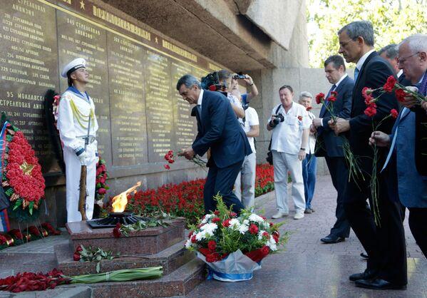 Gubernator Sewastopola Siergiej Mieniajło i deputowany Zgromadzenia Narodowego Thierry Mariani składają kwiaty pod Pomnikiem bohaterów obrony Sewastopola w czasach II wojny światowej - Sputnik Polska