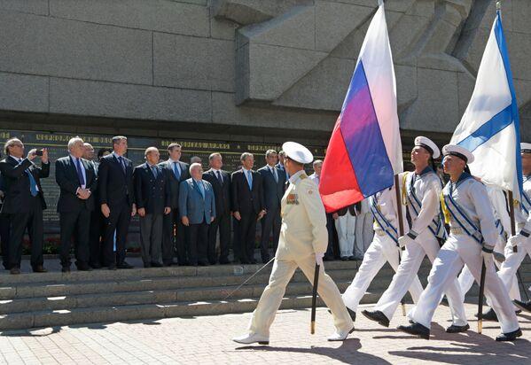 Ceremonia złożenia kwiatów pod Pomnikiem bohaterów obrony Sewastopola w czasach II wojny światowej - Sputnik Polska