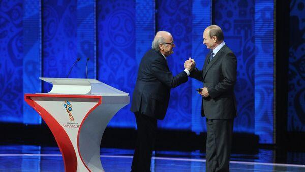 Przewodniczący FIFA Joseph Blatter i prezydent Rosji Władimir Putin na ceremonii wstępnego losowania mistrzostw świata w piłce nożnej FIFA 2018 - Sputnik Polska