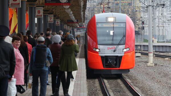 Pociąg pośpieszny Jaskółka na Dworcu Kurskim w Moskwie - Sputnik Polska